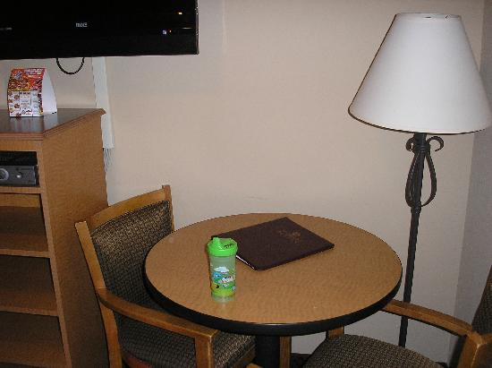 Glenwood Suites: Little table & chairs in kids' sleeping area