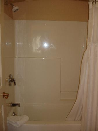 Staybridge Suites South: Tub/Shower room 129