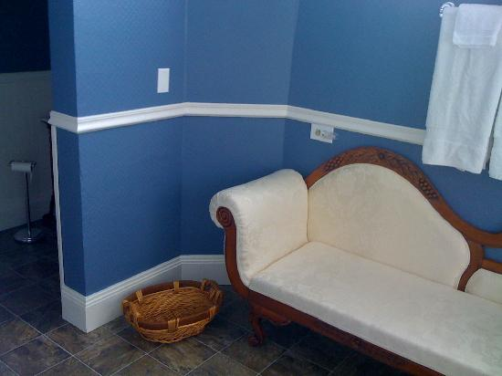 Futrell House Bed & Breakfast: Sunshine Room Detached Bathroom