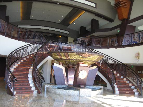 Inn of the Mountain Gods Resort & Casino: Stairs to Lower Lobby and Fountain