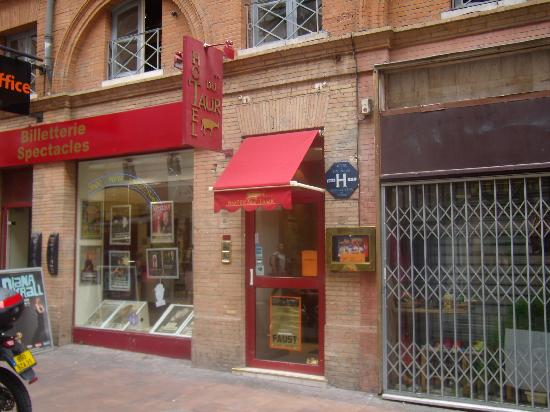 Hotel du Taur: Hotel La Taur street entrance