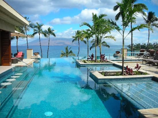 Pool and grass view picture of four seasons resort maui for Fotos de piscinas infinity