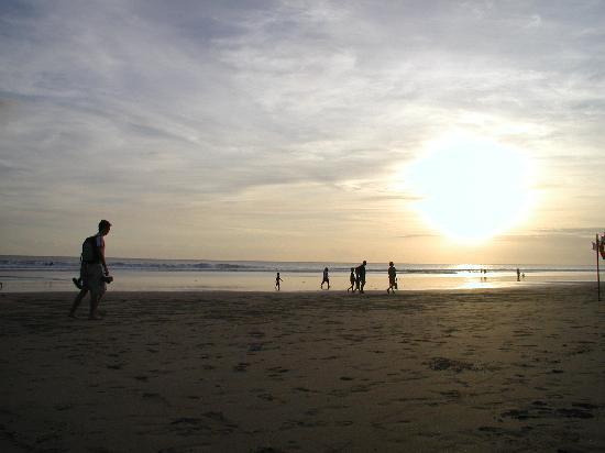 美しい夕焼けのビーチ