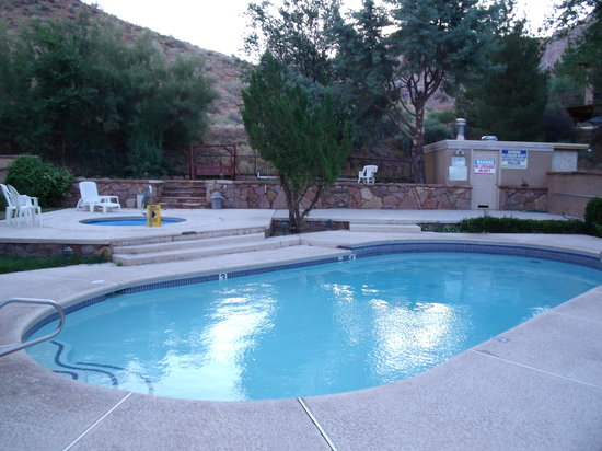Canyon Ranch Motel: Pool area