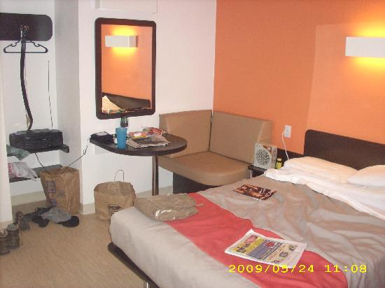 Motel 6 Chicago West - Villa Park: The couch nook area )