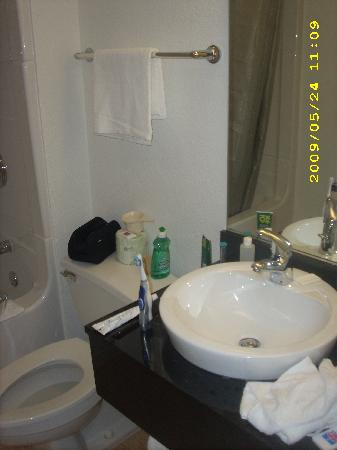 Motel 6 Chicago West - Villa Park: Bathroom