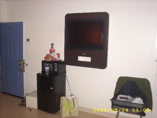 Motel 6 Chicago West - Villa Park: Flat screne TV/ FRIDE/Microwave