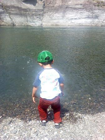 Nagatoro Iwadatami Rocks: 川に入って遊ぶ息子です。