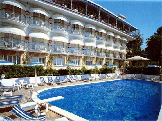 Hotel Posillipo Gabicce Monte: hotel dalla parte della piscina