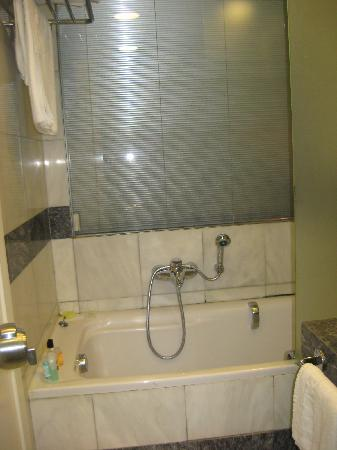 Kaningos 21 Hotel: shower with nozzle should be at end of tub?