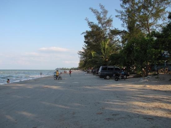 Pangkal Pinang, Endonezya: Pasir Padi beach, Flat beach that is nice and safe for children to play