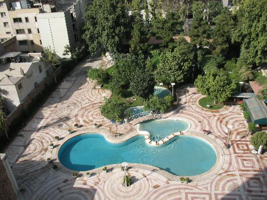 Tehran Homa Hotel: Courtyard and pool for viewing, dining after dark