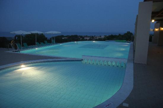 Livadaki Village Hotel: Pool area by night