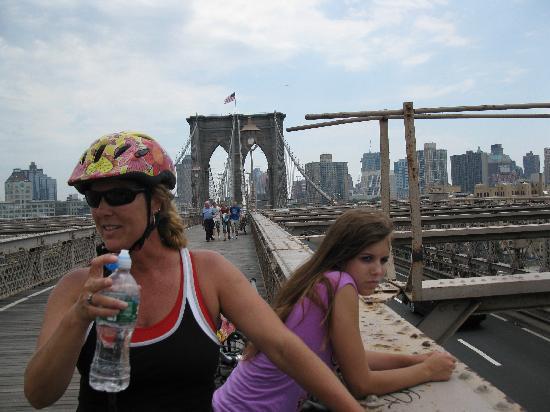 Bike the Big Apple: Crossing the Brooklyn Bridge - a break in the middle