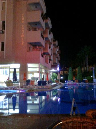 Club Sunsmile: hotel pool at night