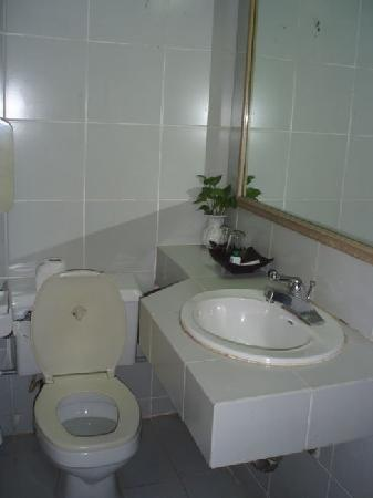 Tong Poon Hotel: The toilet seat is cramped by the sink - uncomfortable!