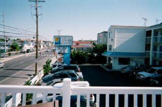 The Atlantic Oceanside Dewey Beach Resort: Pic of motel sign taken from sundeck