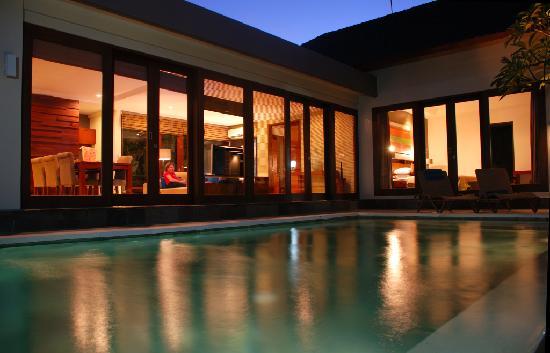 Ungasan Bay Villas: Pool and villa by night