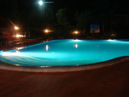 Villa Paradiso Village: piscine (by night)