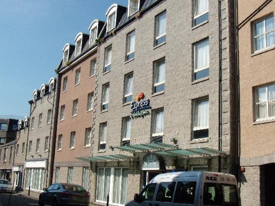 Holiday Inn Express Aberdeen City Centre: ホテルの通りはちょっとさびしいです