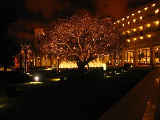 Hotel Las Arenas Balneario Resort: Beautiful by night