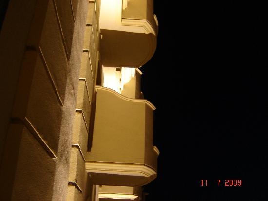 Hotel Michelangelo: Détails de la façade de nuit