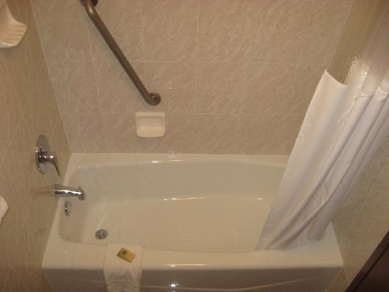 Drury Inn & Suites Montgomery: Bathrooms are Very Clean