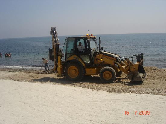 Club Hotel Marina Seada Beach : La ruspa in spiaggia