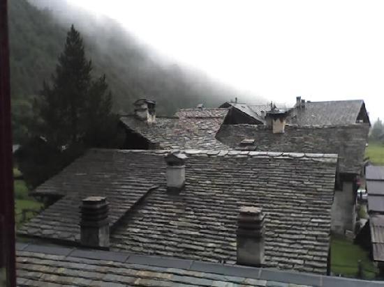 Albergo Ristorante Edelweiss: scorcio della frazione da una finestrella del 2° p.