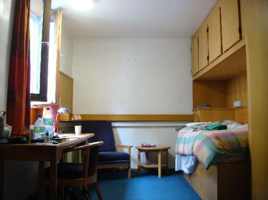 Trinity College Campus: 荷物がちらかっていますが、落ち着く勉強部屋という感じでした