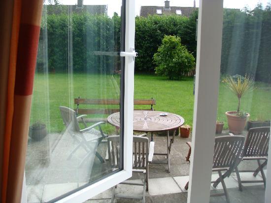 Fanad House: 窓から眺めた芝の庭