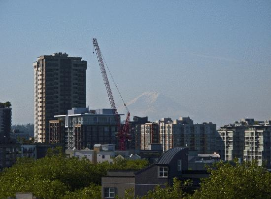 Mediterranean Inn: Rooftop View of Mount Rainier