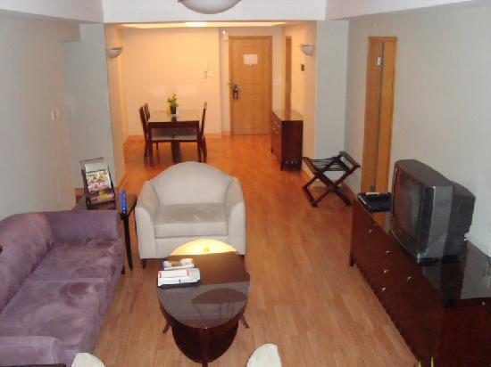 New Harbour Service Apartments: Living room, dining room