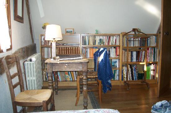 Maison JLN : Plenty of reading