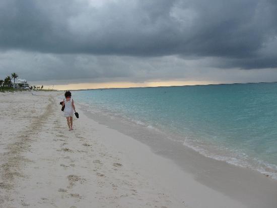 Caribbean Paradise Inn: walking to dinner as a storm rolls in