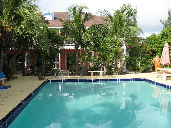 Caribbean Paradise Inn: courtyard and pool at CP Inn