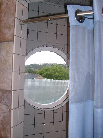 Ferry Landing Suites : Even the shower offers a view