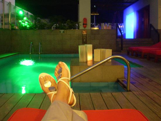 Radisson Hotel Decapolis Miraflores: En la terraza, piscina y camas para el descanso...