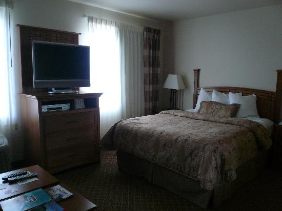 Staybridge Suites Sioux Falls: Bed area