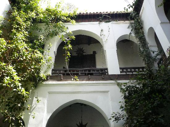 Dar Abiad: Looking up from main courtyard