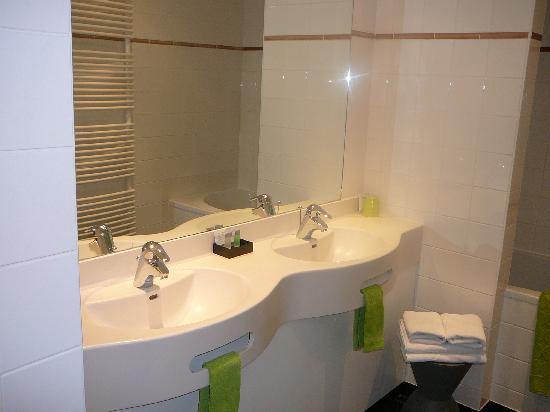 """Hotel Montanus : la salle de bains de la chambre """"Elephant et bambou"""" (101)"""