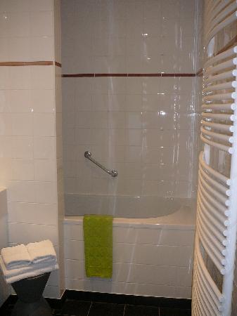 """Hotel Montanus: la salle de bains de la chambre """"Elephant et bambou"""" (101)"""