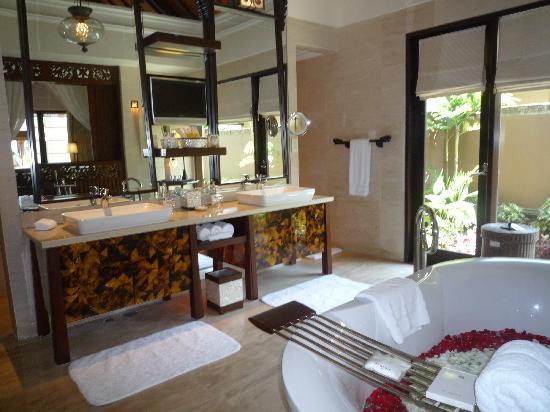 The St. Regis Bali Resort: ダブルシンクのバスルーム
