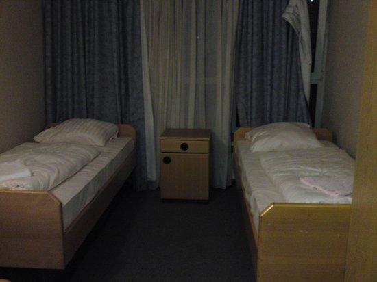 easybed24: Das Zimmer, ekelhaft und dreckige, kaputte Gardinen