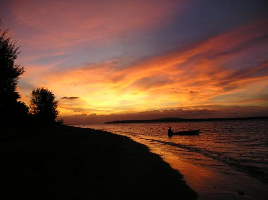 Coconut Cottages: Sunset overlooking Bali from Gili Air