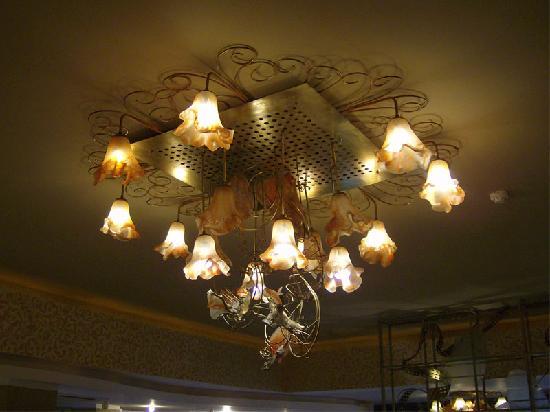 Neptun, Roumanie : Lampe d'artiste dans le hall d'entrée