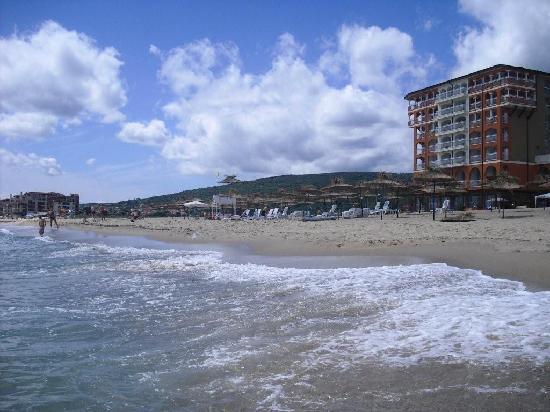 Sol Luna Bay: Blick vom Meer auf Strand und Hotel
