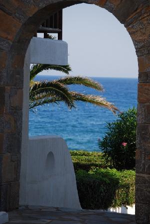 Alexander Beach Hotel & Village: Aussicht durch Tor
