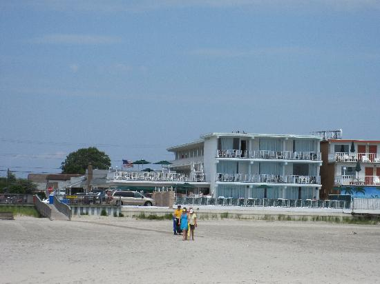 Commander-By-The-Sea-Motel: Hotel from Beach