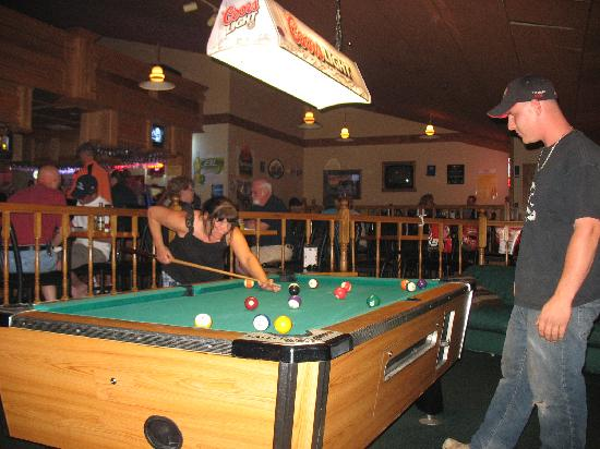 Best Western Tower West Lodge: Playing pool at the Best Westerns lounge